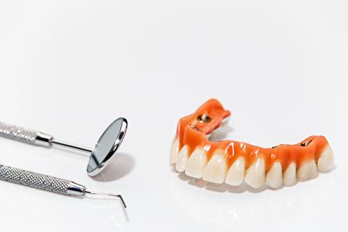 全顎におよぶインプラント治療に使用される素材とは